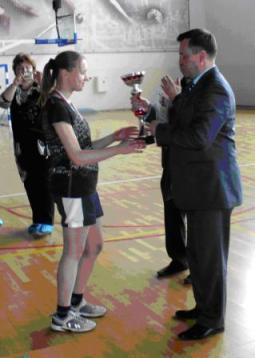 Капитан команды - Кирьянова Марина получает кубок из рук Орлова В.В.